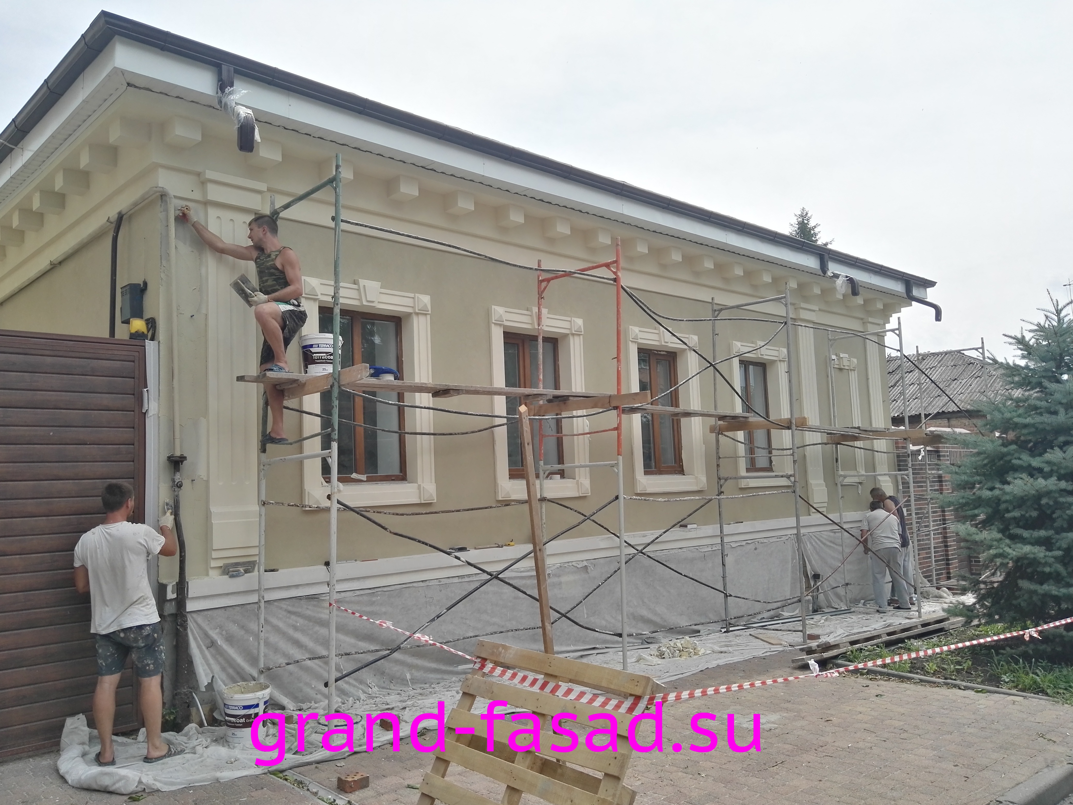 Защитная декоративная сетка на время ремонта фасада